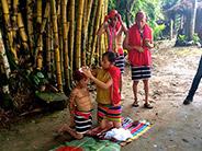 Creating the traditional headwear of male Tsáchila.
